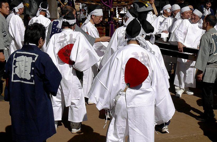 烏帽子に白装束の背に「神」。 烏帽子に白装束の背に「神」 赤い団扇には大黒さんと「福」  歴史の